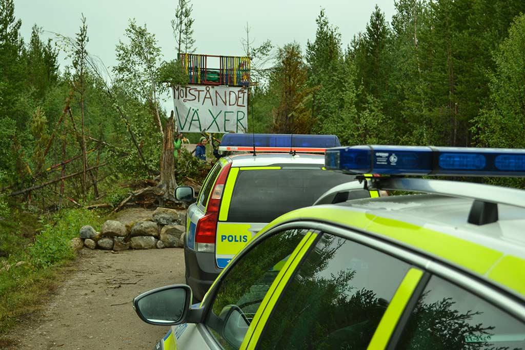 Polisen sprang fram till blockaden på vägen så fort dom kom.