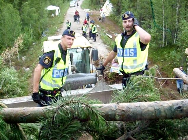Polis i grävskopa